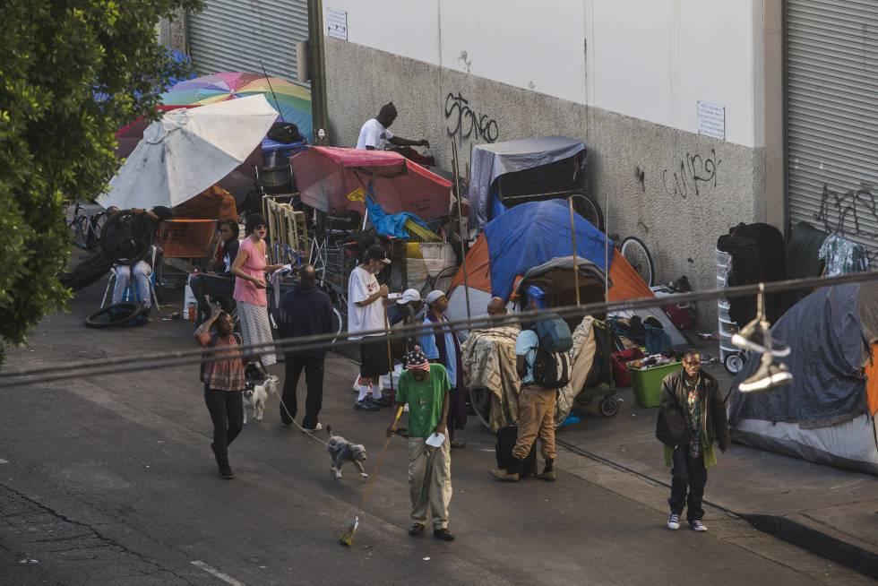 Las tiendas de campaña bloquean las aceras de la calle Seis, en Skid Row, en el centro de Los Ángeles.