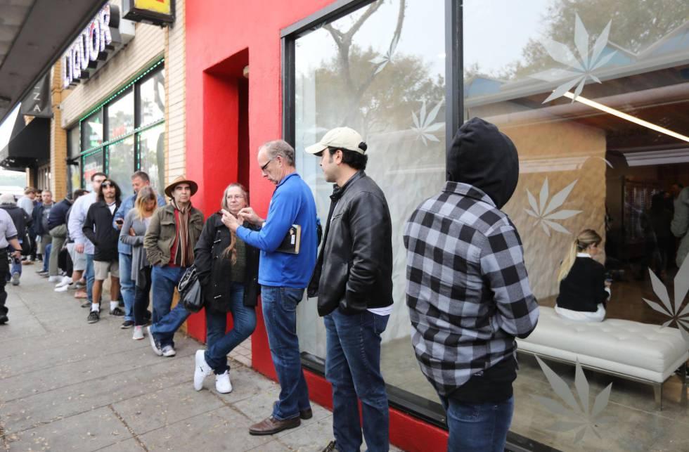 Decenas de clientes hacen fila en el dispensario MedMen para comprar productos de marihuana recreativa en West Hollywood, California, el pasado martes