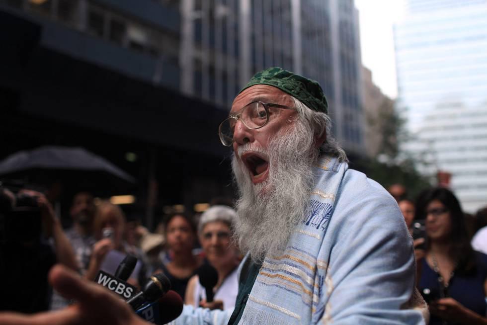 El rabino Arthur Waskow, uno de los asistentes a la conferencia celebrada  en 1968, durante un mitin en Nueva York.