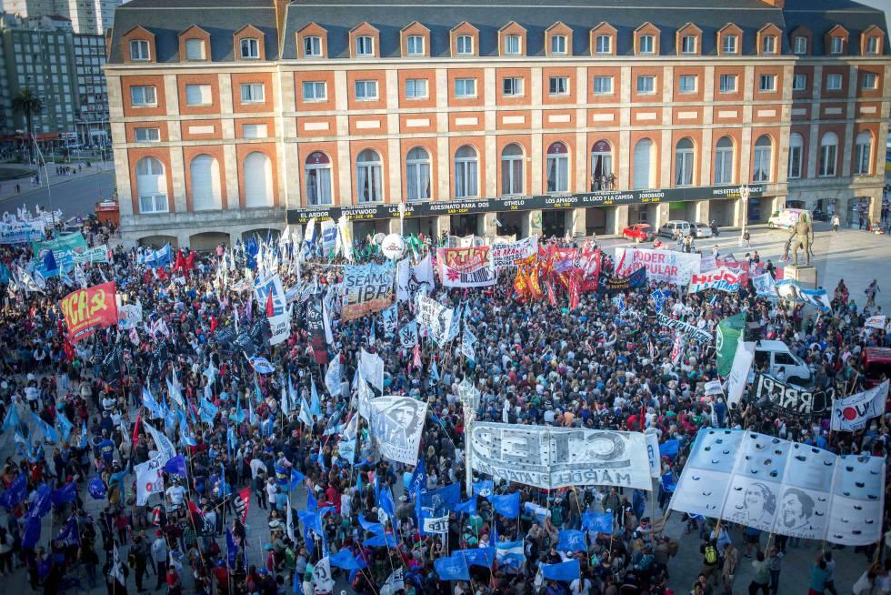 Miles ocupan la Rambla de Mar del Plata en repudio a los genocidas.