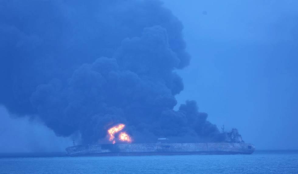 El petrolero accidentado frente a las costas chinas este lunes.