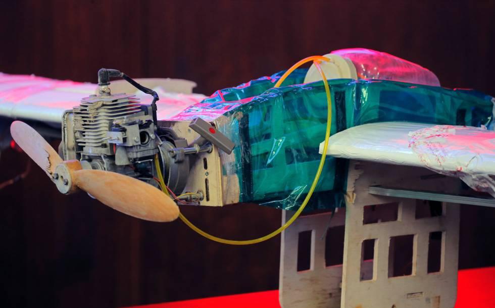 Vista en detalle de un dron supuestamente utilizado por rebeldes en Siria para atacar a bases rusas el 11 de enero y expuesto en la sede del Ministerio ruso de Defensa en Moscú (Rusia) este jueves.