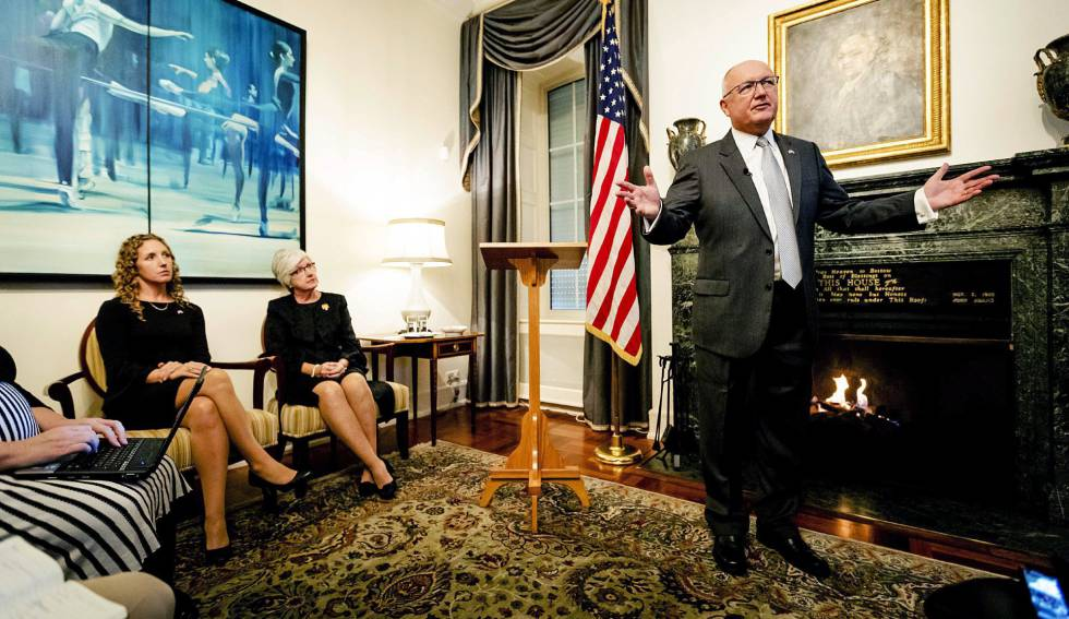El nuevo embajador de EEUU en Holanda, Peter Hoekstra, ofrece una rueda de prensa en la Embajada estadounidense en La Haya (Holanda) el pasado 10 de enero de 2018.