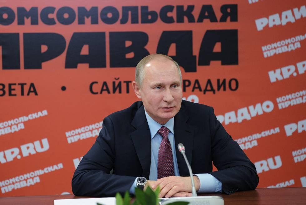 El presidente ruso, Vladímir Putin, asiste a una reunión con los principales medios de comunicación para abordar la situación del sector, en la sede del periódico 'Komsomolskaya Pravda', en Moscú el 11 de enero de 2018.