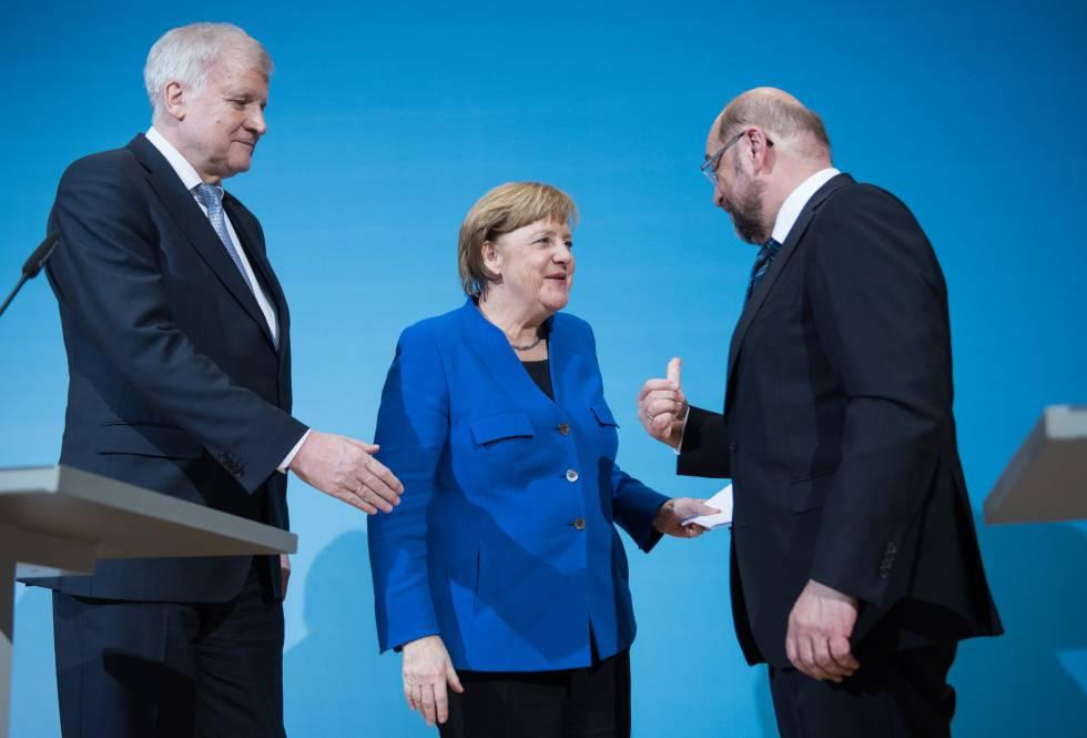 La canciller alemana, Angela Merkel (centro) con el líder de los democristianos, Horst Seehofer (izq) y de los socialdemócratas rn Martin Schulz (der.) este viernes en Berlín.