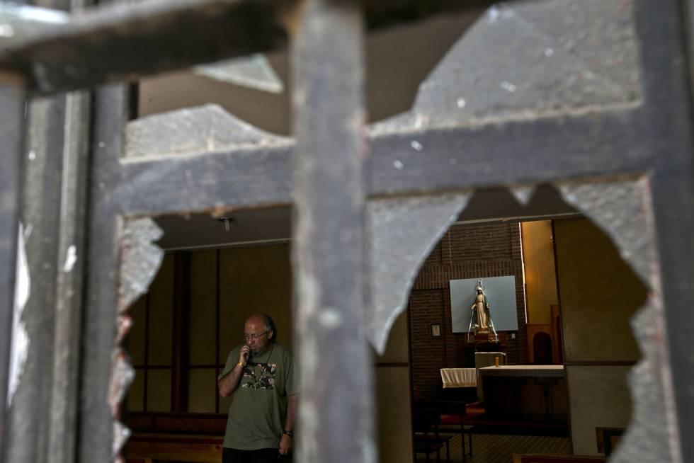 Una ventana rota de la iglesia católica Emmanuel, uno de los templos atacados.