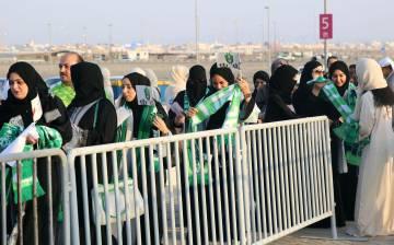 Varias mujeres, este viernes antes de acceder al estadio en Yedá (Arabia Saudí).