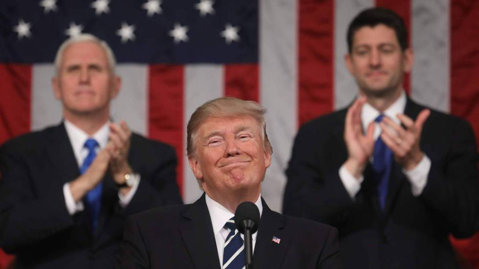 Trump, y detrás Mike Pence y Paul Ryan, en marzo de 2017.