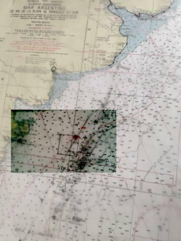 A carta náutica marcada pelos videntes, e o quadro em onde estaria o submarino.