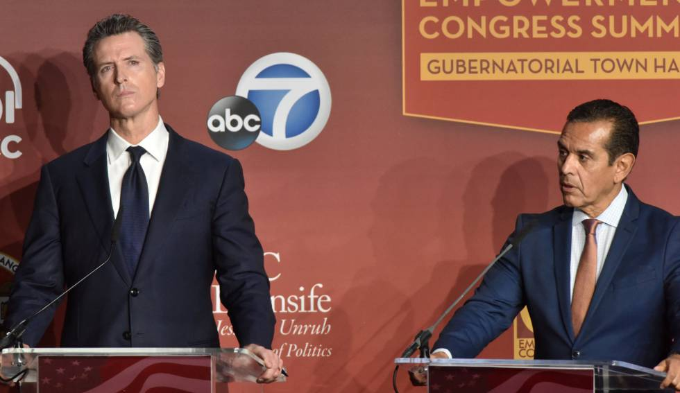 Los candidatos a gobernador Gavin Newsom (izquierda) y Antonio Villaraigosa, durante el debate.