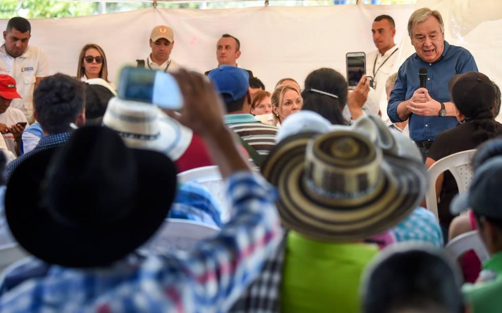 El secretario general de la ONU, António Guterres, a la derecha, se dirige a una comunidad del municipio de Mesetas, en el centro de Colombia, durante la visita a una zona de transición de las FARC.
