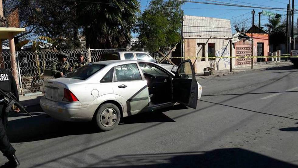El auto donde la policía encontró el cuerpo ensangrentado de Domínguez.
