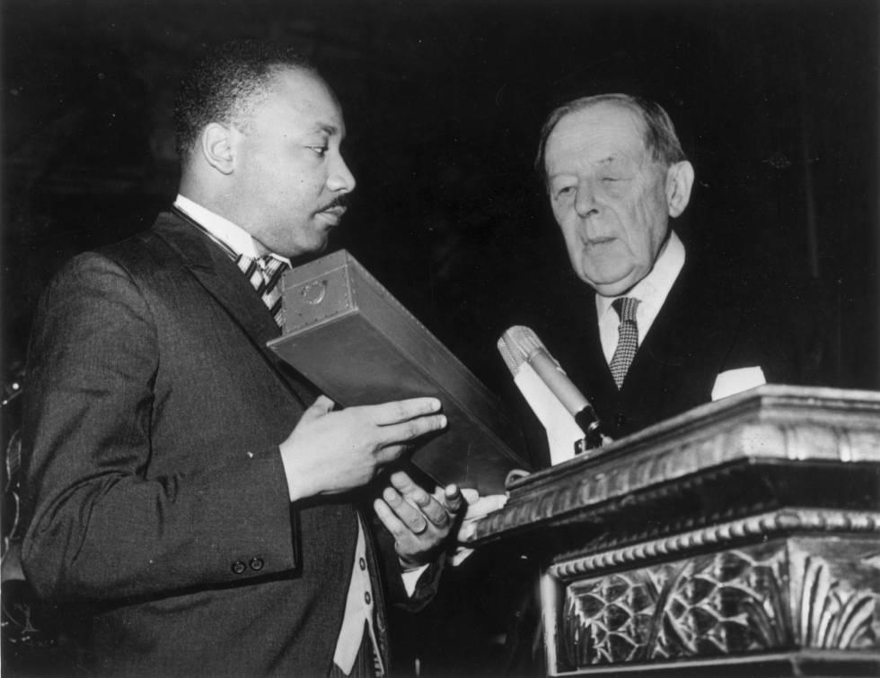 Martin Luther King recibe el Premio Nobel de la Paz en Oslo en 1964.