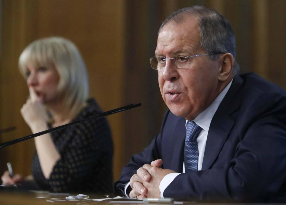 Sergei Lavrov y la portavoz de Exteriores, Maria Zakharova, en la conferencia anual del ministerio en Moscú este lunes.