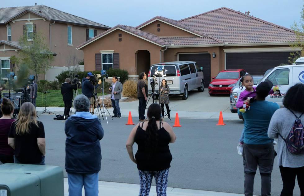 Vecinos y periodistas frente a la casa, en Perris, California.