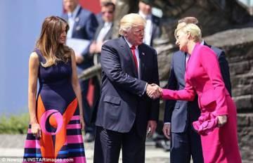 Donald Trump da la mano a la primera dama polaca en su visita oficial a Polonía.