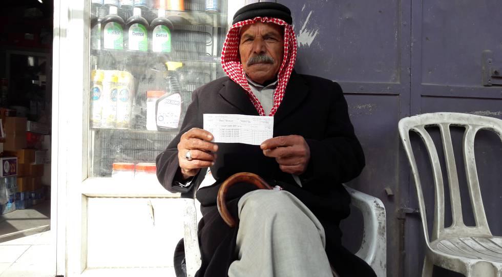 Ismail Jatib muestra su tarjeta de la UNRWA fotocopiada.