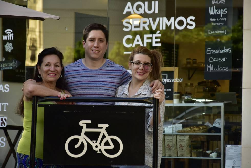 De izq a dcha: Carmen, Carlos y Fernanda en el café que abrieron en 2016 en Villa Ortúzar.