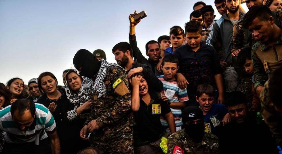 Funeral por un combatiente kurdo en Kobane, al norte de Siria, en octubre.