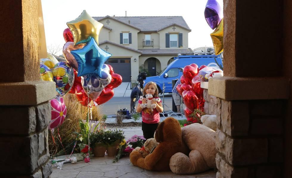Globos y juguetes enviados por desconocidos se acumulan en la puerta de la casa de los Turpin.