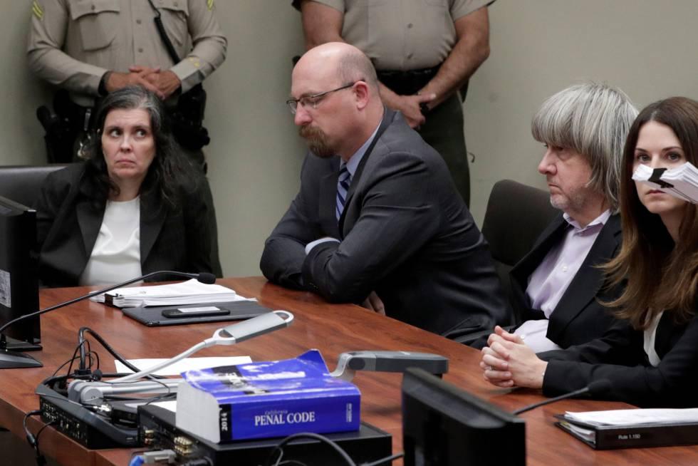 Louise Turpin (a la izquierda) y David Turpin (con pelo blanco largo), el jueves en los juzgados de Riverside, California.