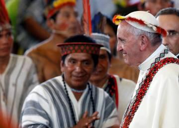 Francisco cierra una reunión con miembros de grupos indígenas peruanos en Puerto Maldonado.