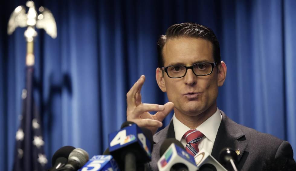 O promotor do distrito de Riverside, Mike Hestrin, explica as provas contra os Turpin na quinta-feira.