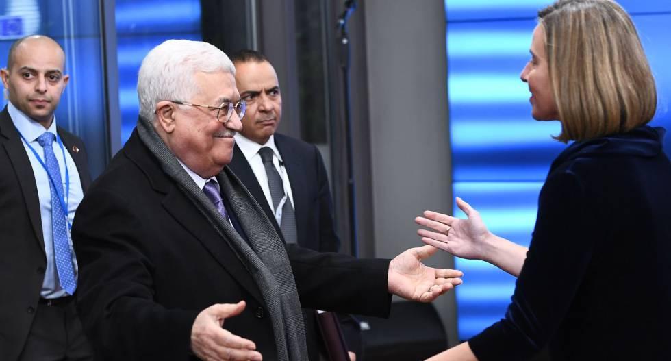 Mahmud Abbas saluda a Federica Mogherini a su llegada a Bruselas.