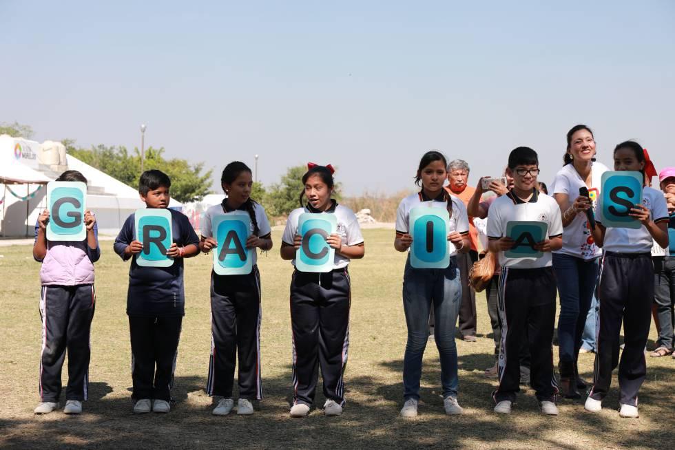 Estudiantes agradecen el apoyo de las organizaciones en la tarea de reconstrucción de las escucleas, en la Escuela Secundaria Lázaro Cárdenas en Izúcar de Matamoros, Puebla.