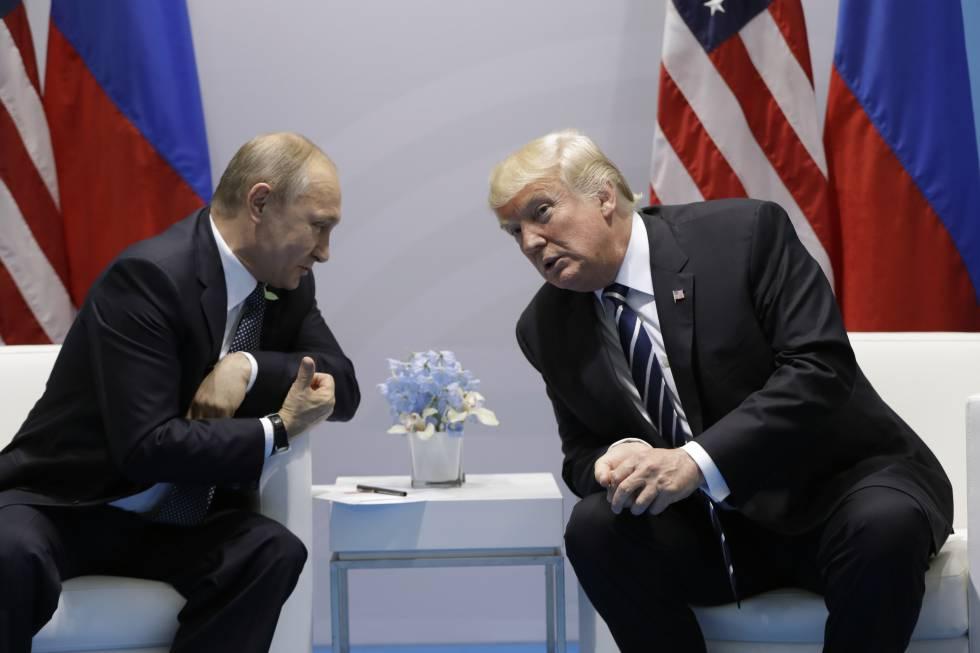 El presidente de EE UU, Donald Trump y su homólogo ruso, Vladimir Putin, durante la cumbre del G20 en Hamburgo en julio de 2017.