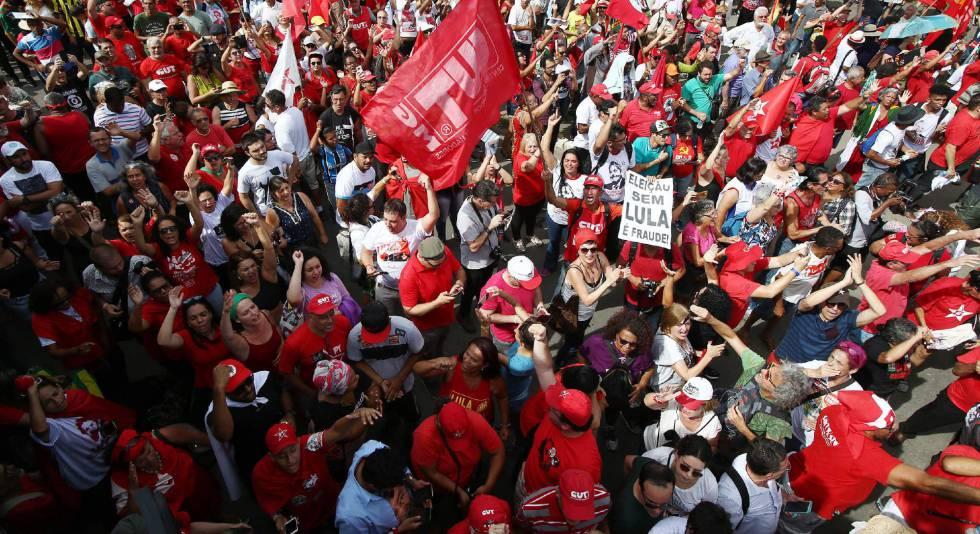 Partidarios de Lula da Silva se manifiestan este miércoles en Porto Alegre.