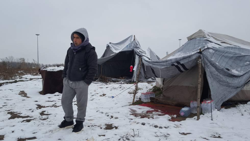M. Khaled en un campamento informal en la frontera serbo-húngara en diciembre.