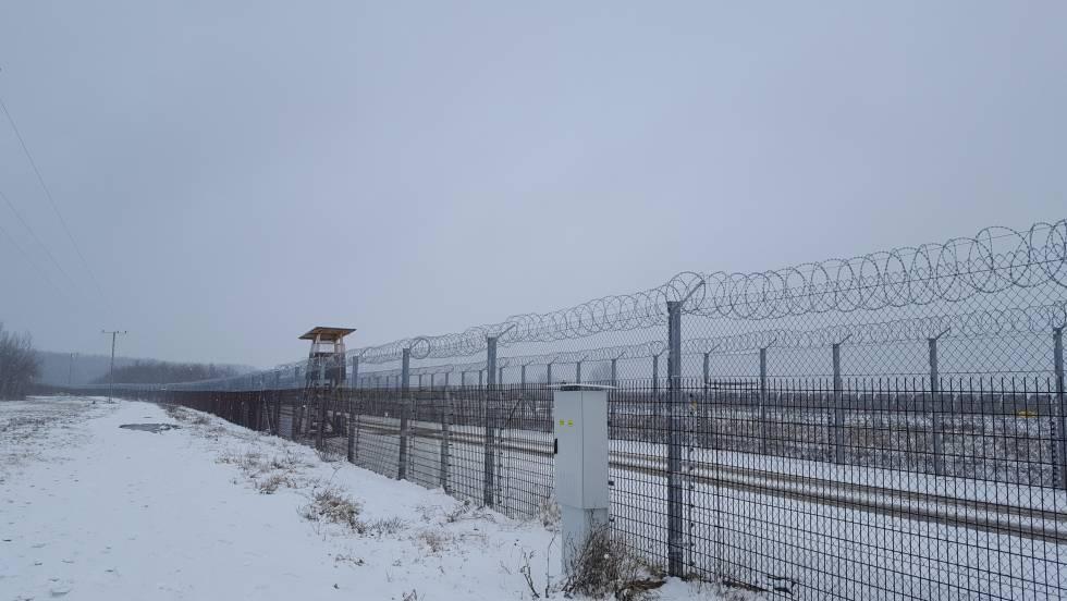 La doble valla electrificada que separa Hungría de Serbia.