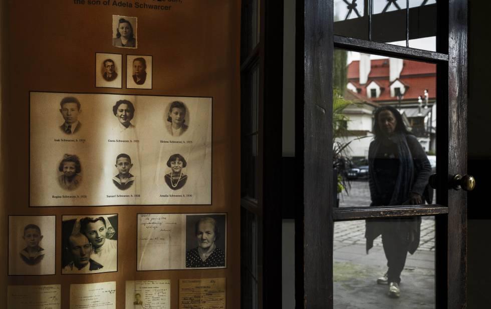 Vista de un cartel que busca a desaparecidos del Holocausto en la ciudad polaca de Cracovia.