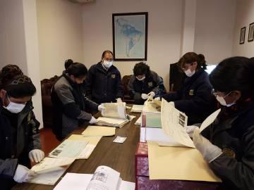 Investigadores del archivo de la Corporación Minera de Bolivia, el año pasado en La Paz.
