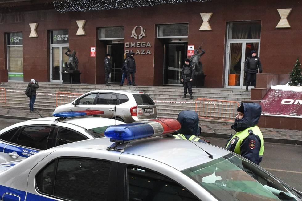 Policías rusos custodian la entrada del edificio que alberga el Fondo de Lucha contra la Corrupción.