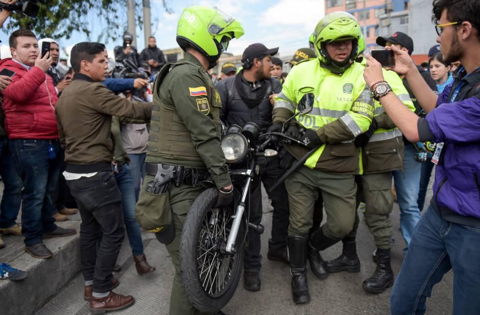 Un amplio dispositivo policial controla una manifestación de moteros en contra de las nuevas medidas de seguridad de la Alcaldía de Bogotá.