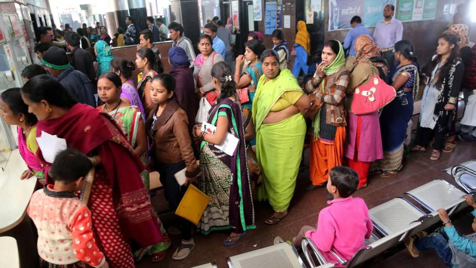 Varios pacientes esperan para ser atendidos en el hospital de Bhopal (India) en febrero de 2018.