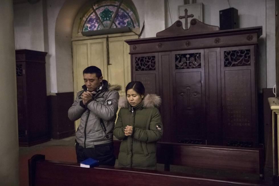 Católicos asisten a una misa matutina en la Iglesia Católica Xuanwumen en Pekín, el martes