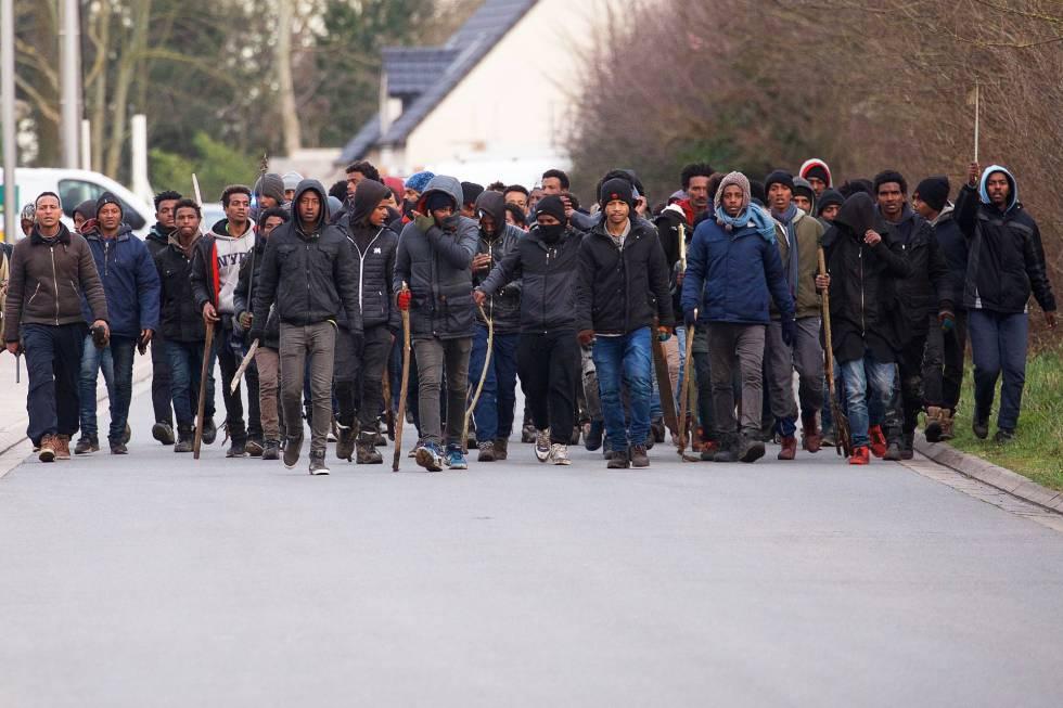 Varios hombres cargan palos en un enfrentamiento cerca de de Calais (Francia), este jueves.