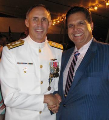 Loenard Glenn Francis con un almirante no imputado.