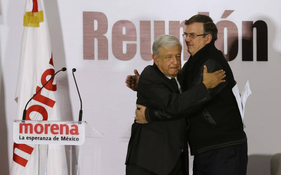 Ebrard saluda a López Obrador en un acto de Morena.