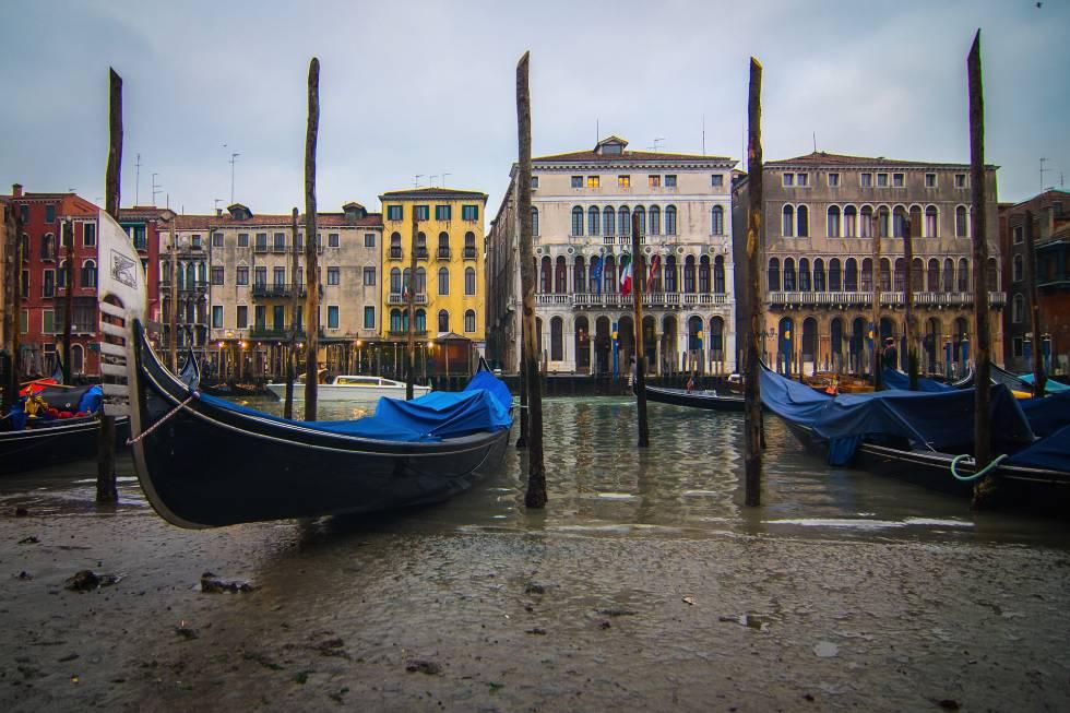 Varias góndolas encalladas en el Gran Canal de Venecia (Italia) este martes.