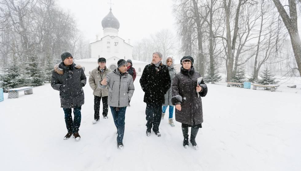 Grigori Yavlinski, el primer hombre por la derecha, en el pueblo de Gdov junto con Lev Schlossberg (a su lado), a finales de enero.