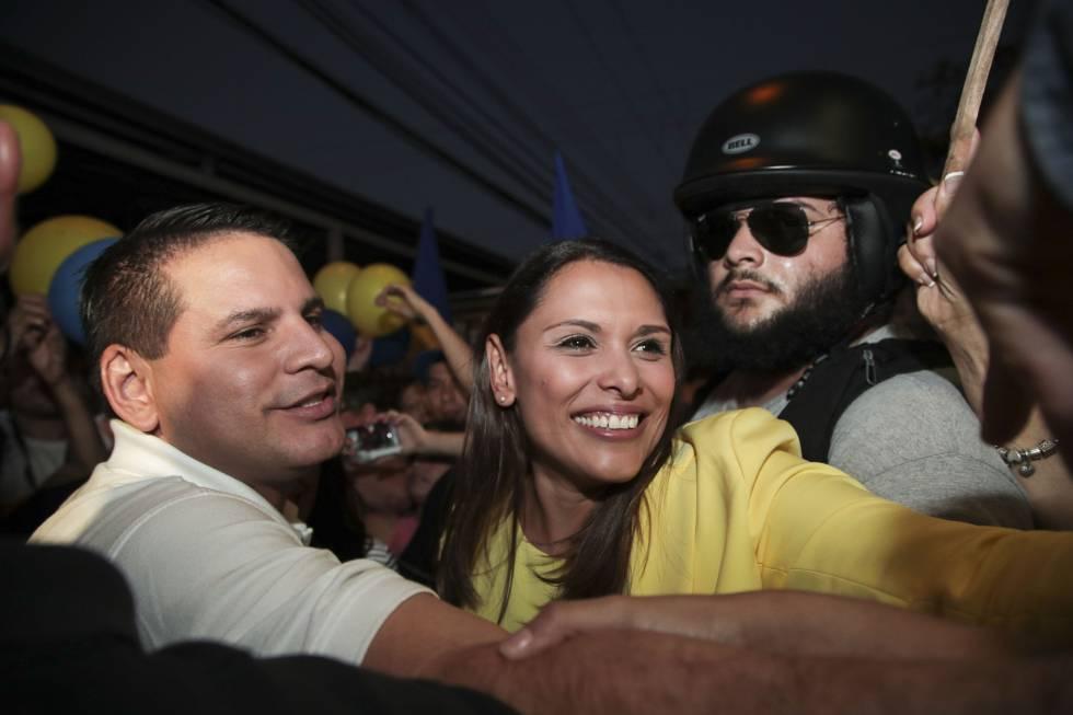 Fabricio Alvarado celebra con sus seguidores el resultado.