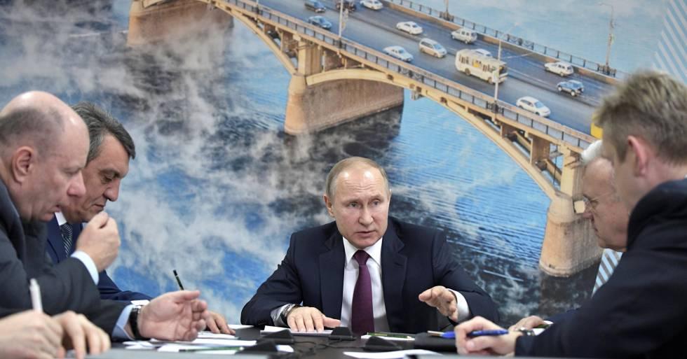 El presidente ruso, Vladímir Putin, se reúne con magnates, en Krasnoyarsk, este miércoles.