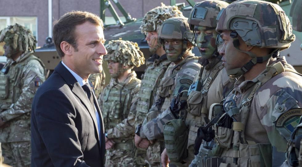 El presidente Macron en septiembre de 2017 con soldados franceses en Estonia