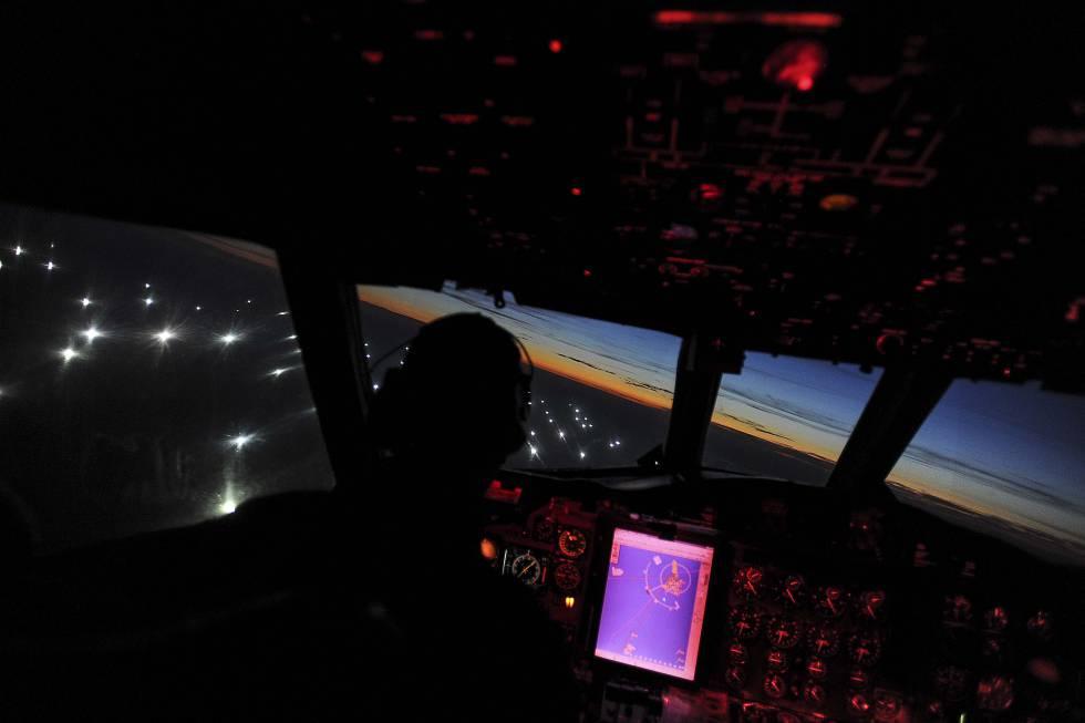 Un avión sobrevuela la 'ciudad de barcos pesqueros' en la frontera de la zona económica exclusiva argentina.