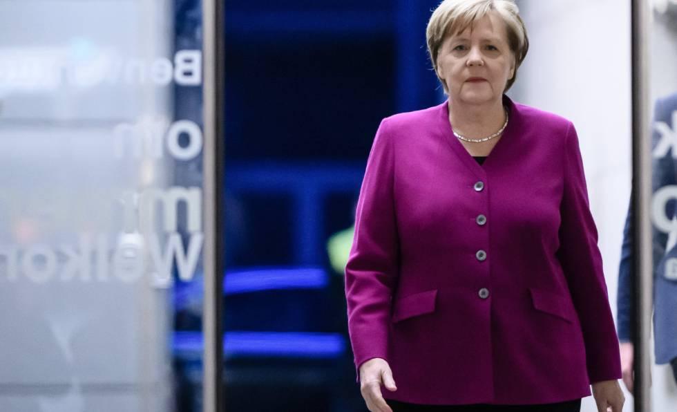 La canciller alemana, Angela Merkel, llega a la cadena ZDF.