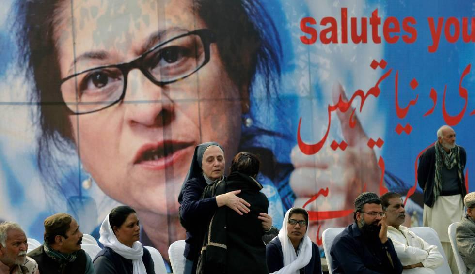 Colegas de la abogada paquistaní Asma Jahangir durante su funeral este marten en Lahore.